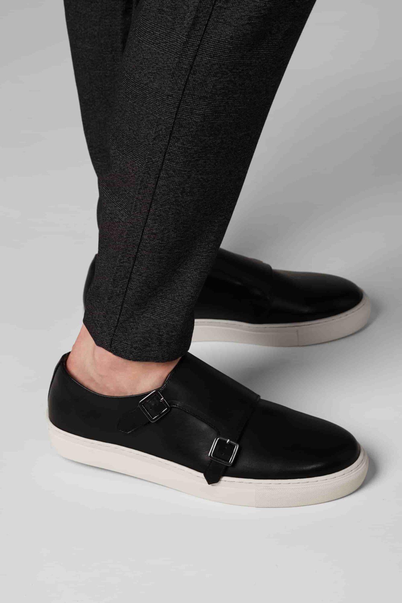 Schwarze Sneaker zur Chinohose