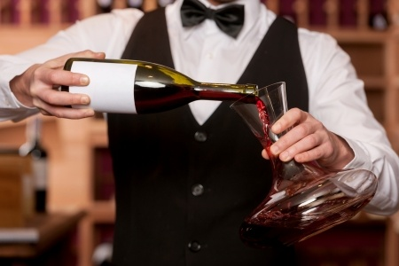 Wein dekantieren – Wie man Wein richtig serviert