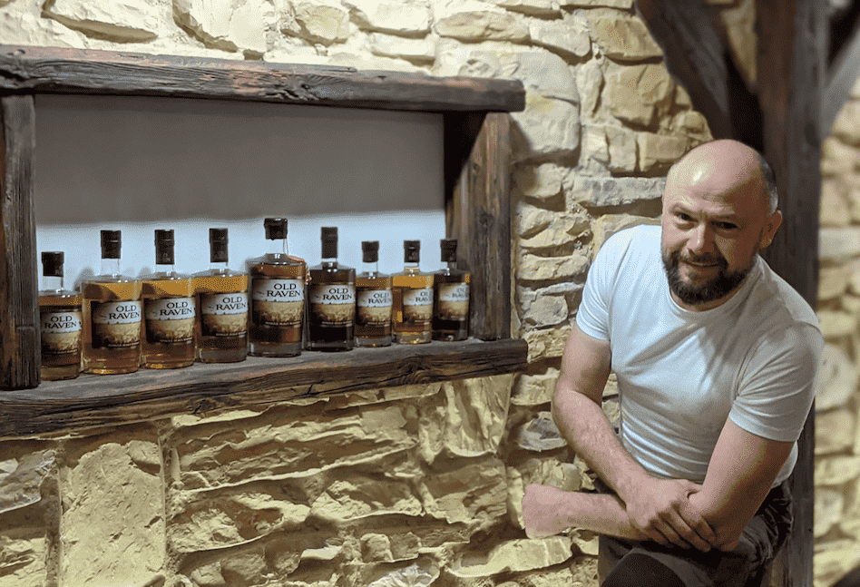 Andreas Schmidt mit seinen Old Raven Whiskys