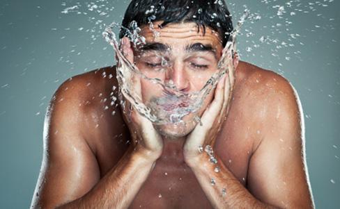Peeling: Erfolgsgarant für straffe Männerhaut